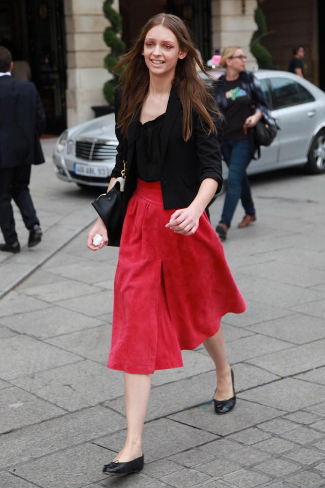 红色裤子搭配什么上衣颜色好看,搭配对颜色才不会俗气