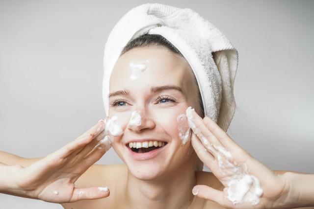 洁面乳怎么用才正确,洁面乳洗脸的注意事项